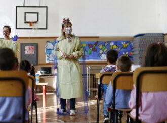 Fino al 23 gennaio in aula solo gli studenti fino alla terza elementare. Charimenti sulla refezione
