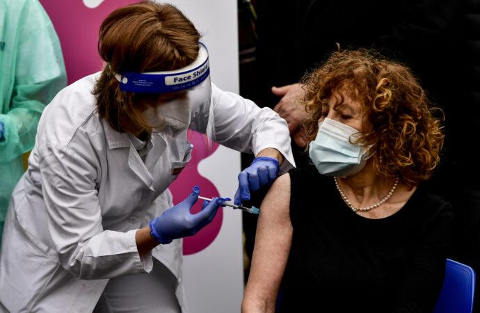 Campania, record di somministrazione vaccini. In Italia crescono i positivi: quasi il 30% sui testati